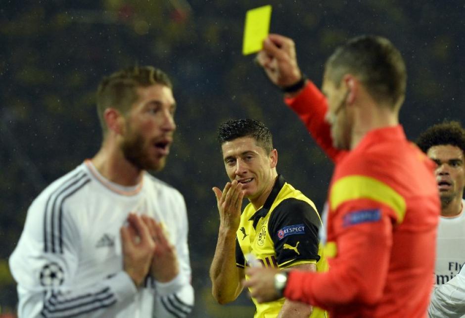 Sergio Ramos recibió una amarilla tras darle un codazo a Lewandowski. (Foto: AFP)