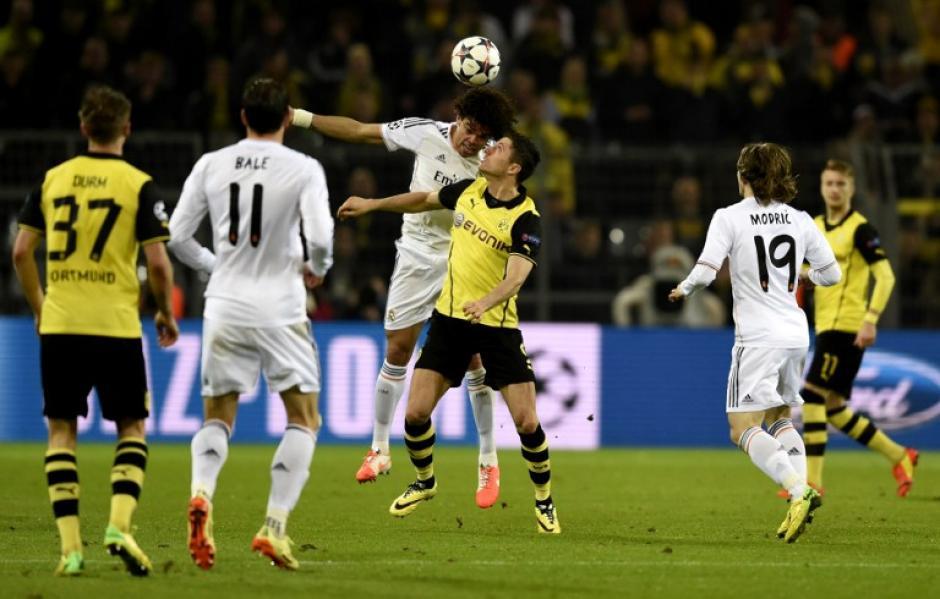 Pepe y Lewandowski en una acción del juego en Alemania. (Foto: AFP)
