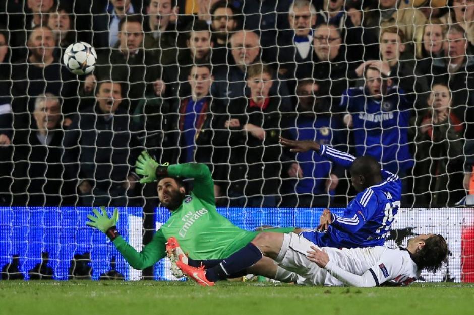 El francés Demba Ba consigue el gol de último minuto para el Chelsea que vence y elimina al PSG de los cuartos de Champions League. (Foto: AFP)