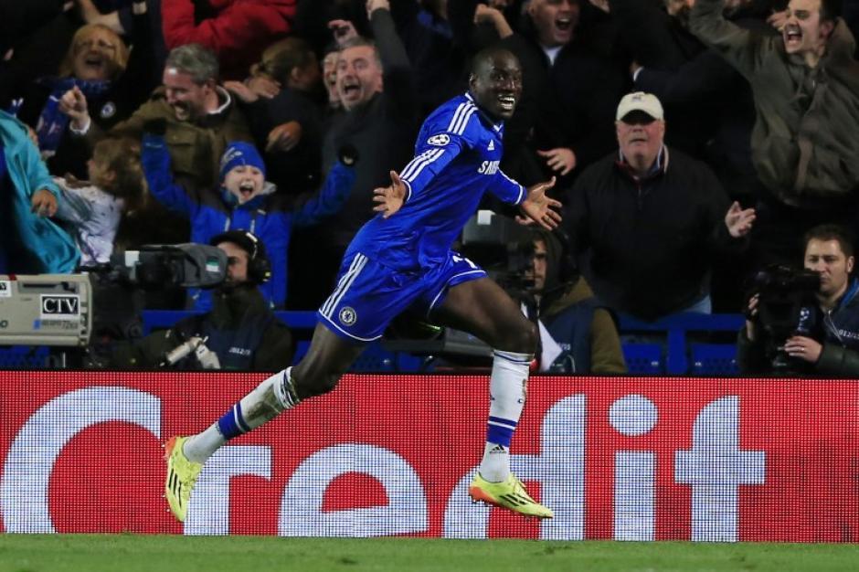 Demba Ba comienza el festejo tras conseguir el gol del triunfo del Chelsea que avanza a semis en la Champions. (Foto: AFP)