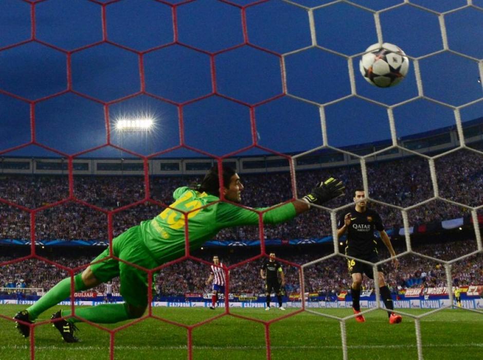 Pinto no pudo detener el remate de Koke. (Foto: AFP)