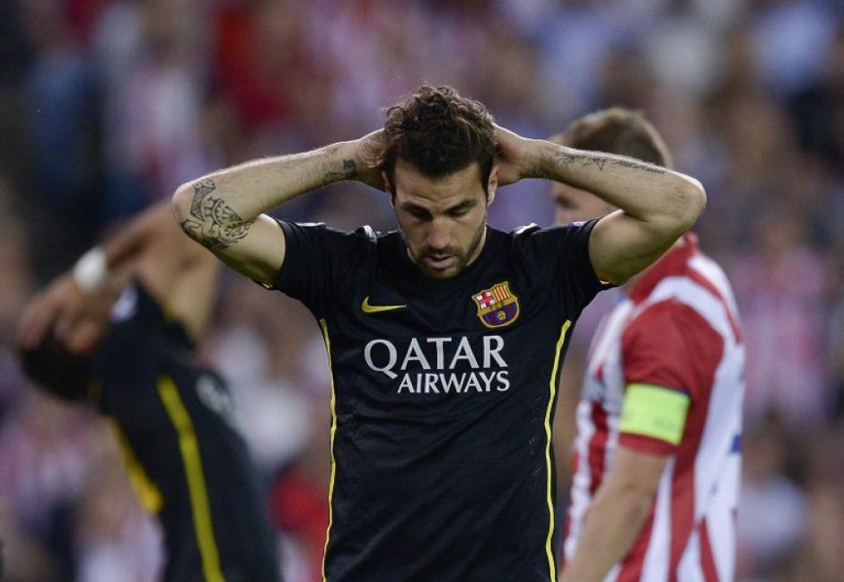 Cesc Fábregas se lamenta tras la derrota del Barcelona. (Foto: AFP)