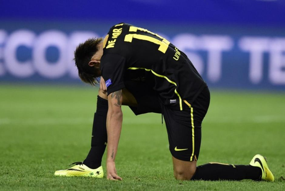 Neymar luce desconsolado por la eliminación del Barcelona. (Foto: AFP)
