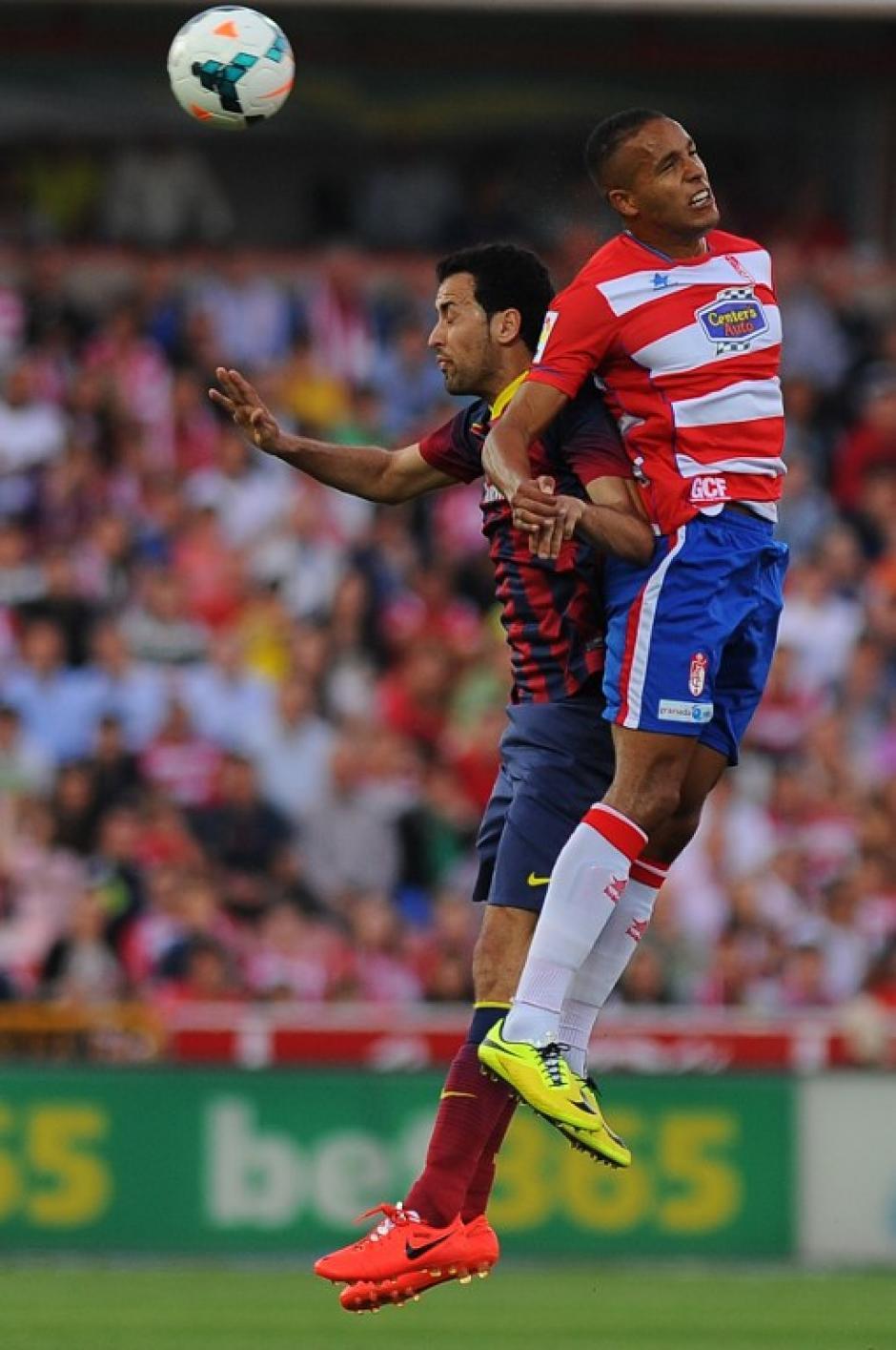 El juego fue peleado y fuerte, con bastantes faltas y un tres tarjetas amarillas para los catalanes. (Foto: AFP)