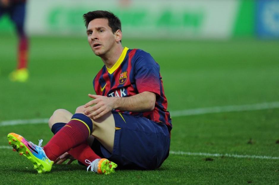 Messi se lamenta desde el piso en un juego en el que tuvo una marca bastante fuerte. (Foto: AFP)