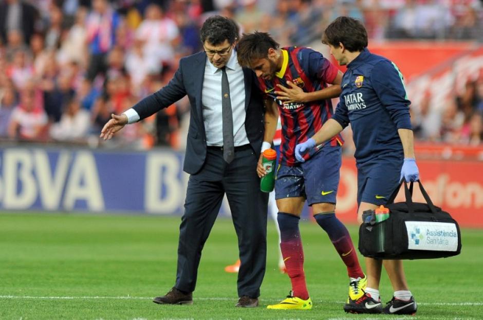 Neymar sufrió un fuerte golpe, pero a pesar de esto se recuperó y jugó el encuentro completo; además recibió una amarilla. (Foto: AFP)
