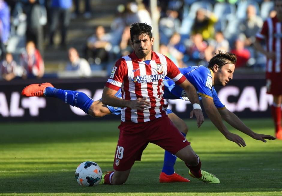 Diego da Silva Costa del Atlético de Madrid compite con el centrocampista del Getafe Pedro Mosquera. (Foto: AFP/ PIERRE-PHILIPPE MARCOU)