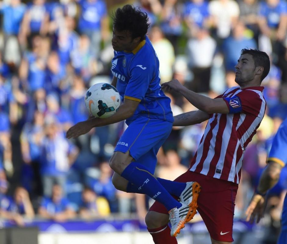 El centrocampista y capitán del Atlético de Madrid Gabi (R) compite por el balón con el centrocampista del Getafe Pedro León. (Foto: AFP/ PIERRE-PHILIPPE MARCOU)