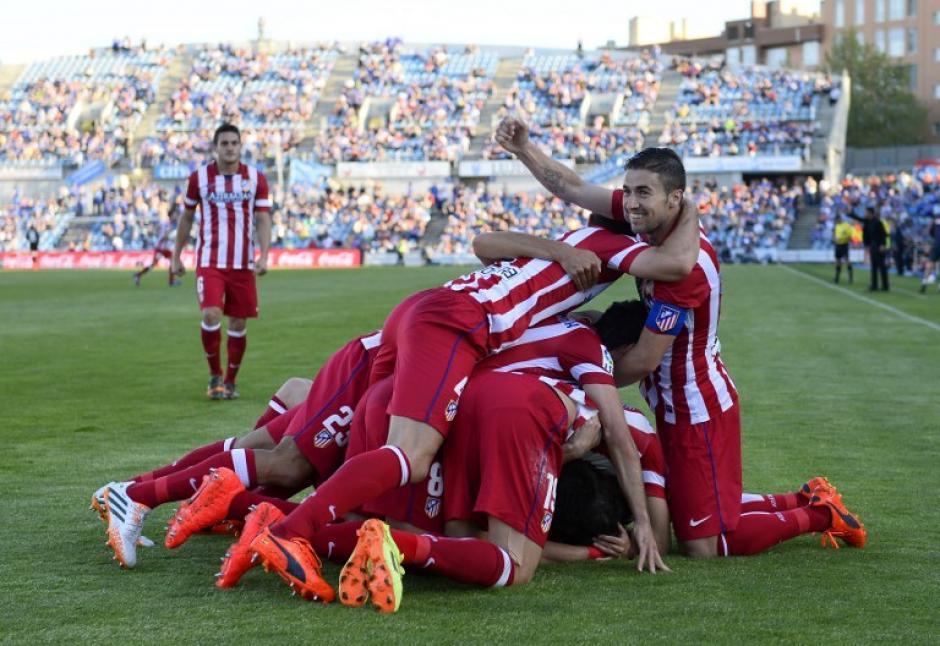 """El defensa uruguayo del Atlético de Madrid Diego Godín celebra con sus compañeros con una """"molotera"""" tras anotar. (Foto: AFP)"""