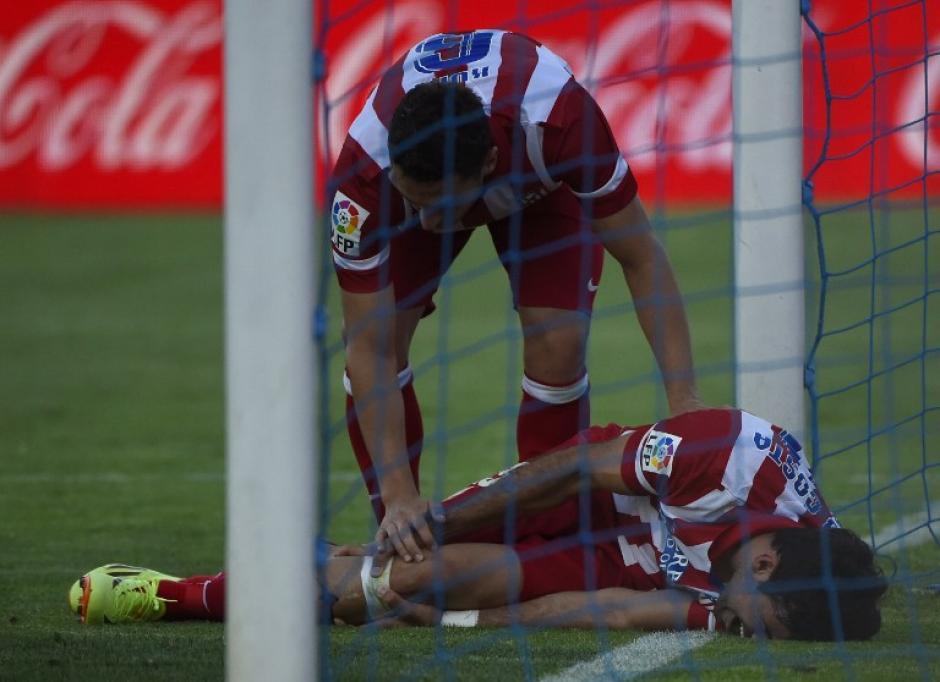 Como producto de la anotación, Diego Costa se lastima la pierna. (Foto: AFP)