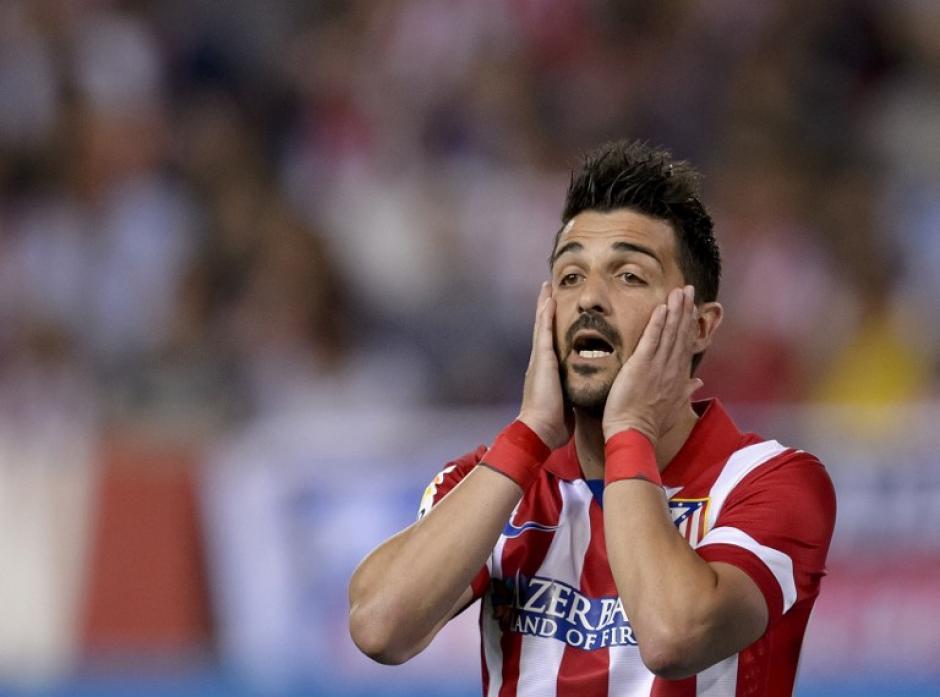 El delantero español David Villa se lamenta, tras fallar un penalti para el Atlético de Madrid. (Foto: AFP)
