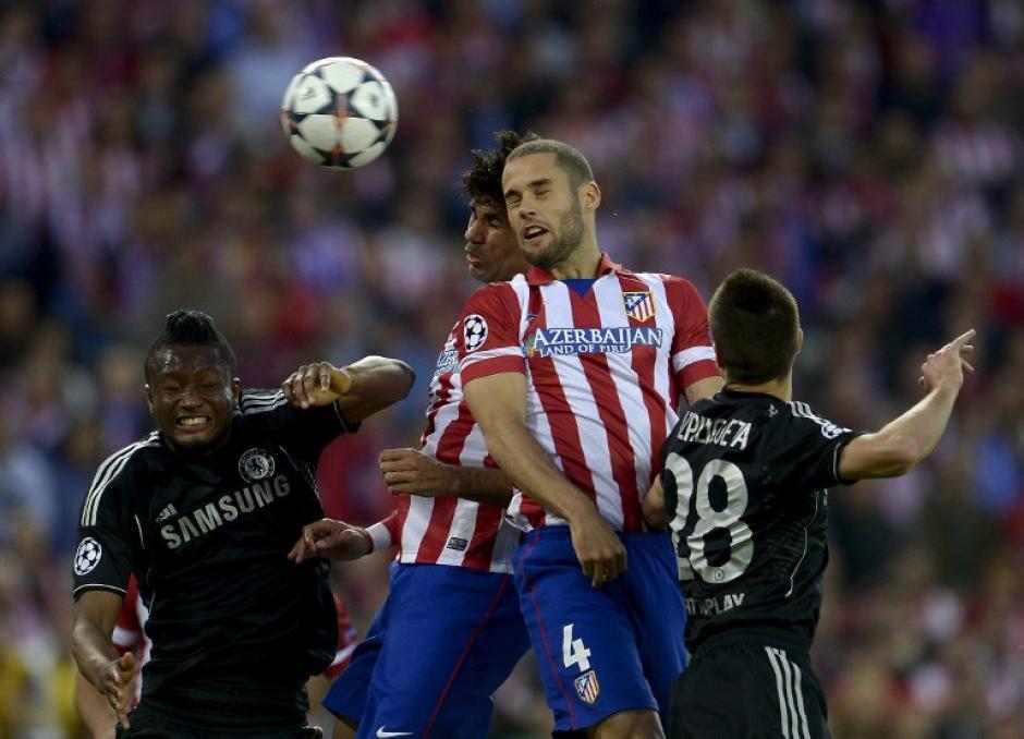 La pelota estuvo bastante dividida y el juego aéreo uno de los recursos de ambos equipos. (Foto: AFP)