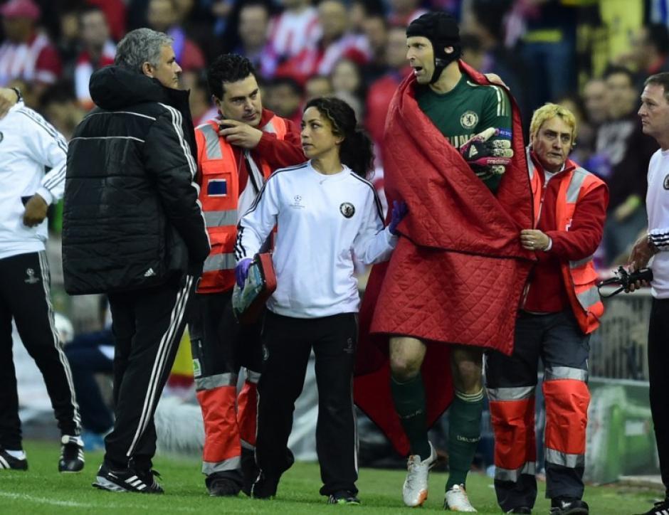 Mourinho sale al paso de Cech, quien tuvo que retirarse luego de una lesión