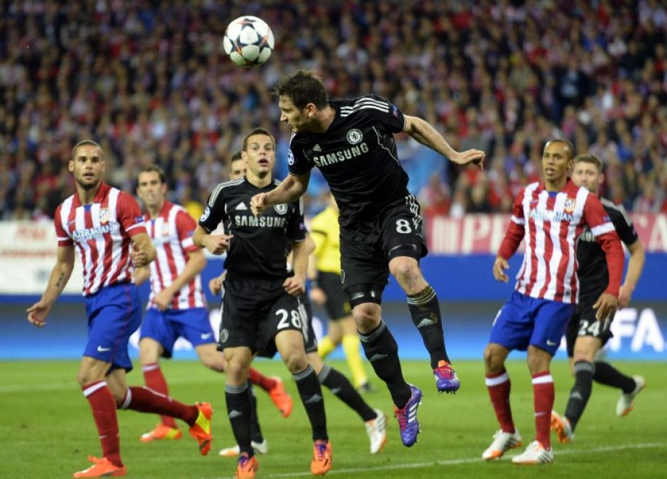 Lampard conecta de cabeza ante la marca de los colchoneros. (Foto: AFP)