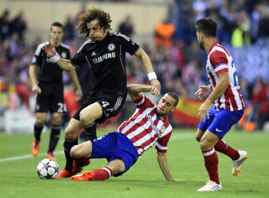 David Luiz trata de conducir el balón. (Foto: AFP)