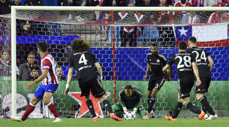 Schwarzer fue el sustituto de Cech, quien se lesionó en el primer tiempo y tuvo que dejar la portería. (Foto: AFP)