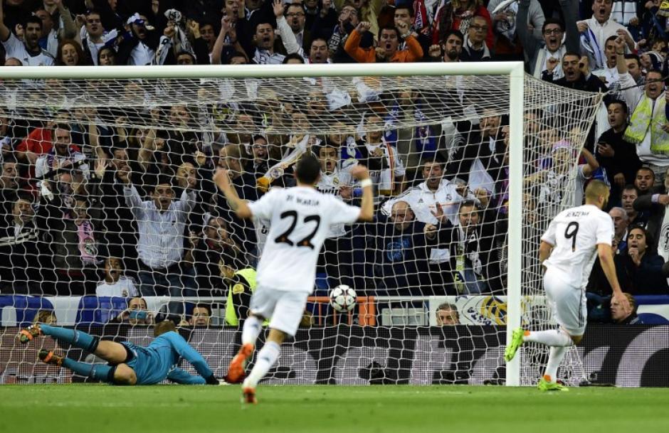 Benzema (9) corre tras vencer a Neuer. (Foto: AFP)