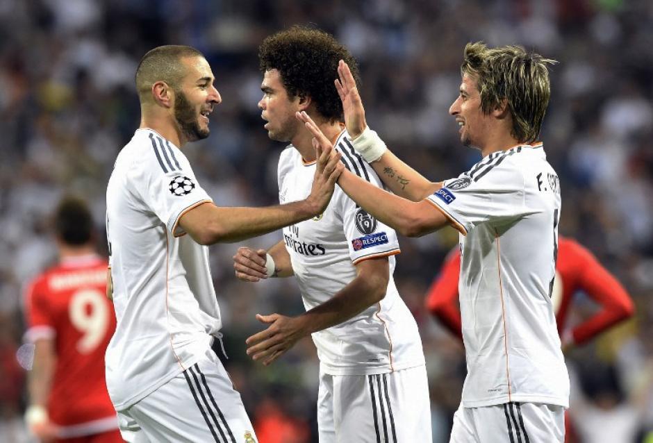 Pepe y Coentrao felicitan a Benzema luego del 1-0 del primer tiempo. (Foto: AFP)