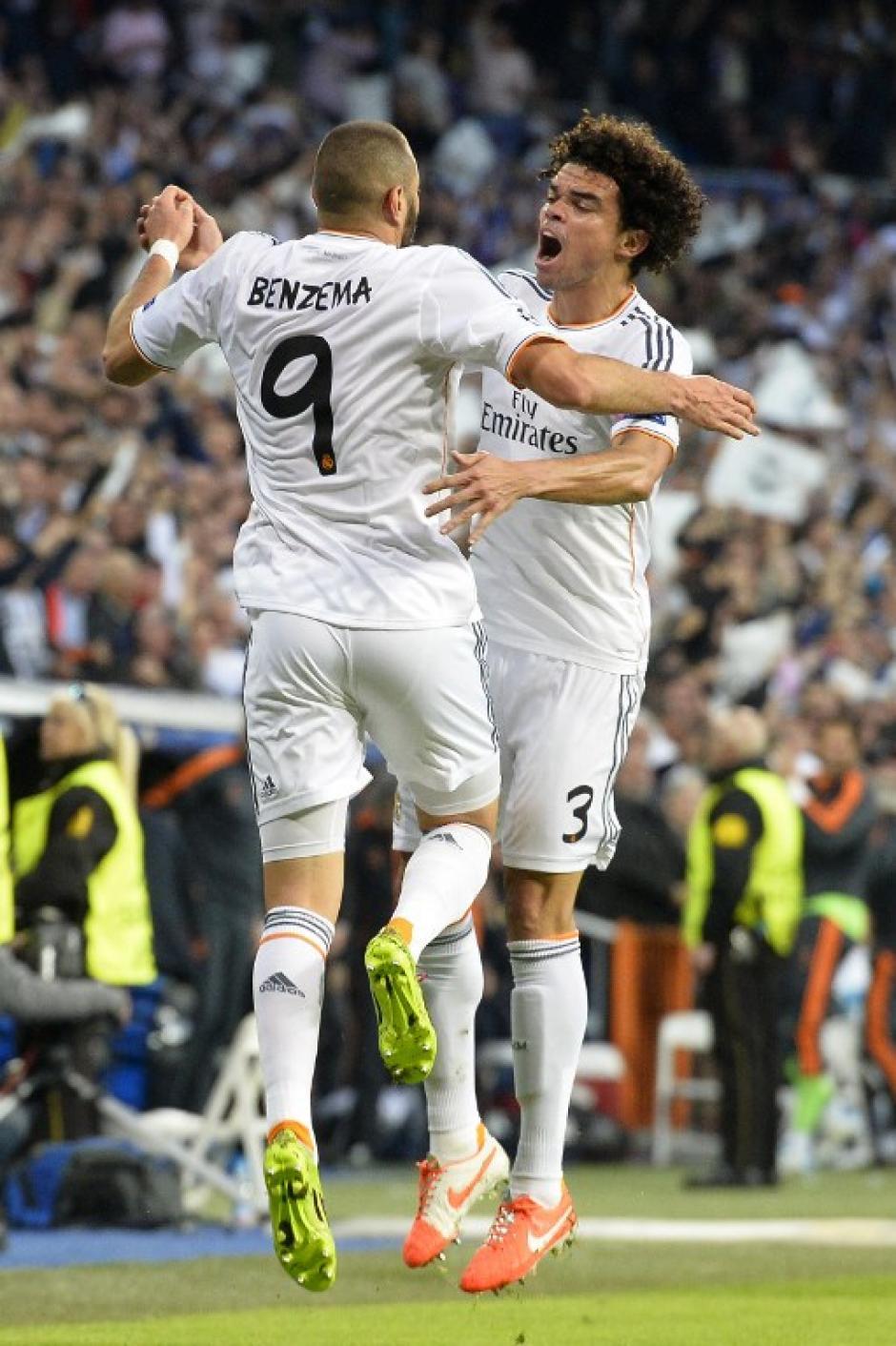 Pepe y Benzema saltan para celebrar el gol merengue. (Foto: AFP)