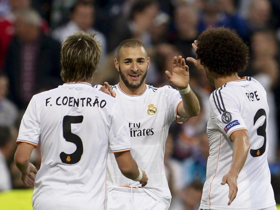 Pepe y Coentrao felicitan a Benzema, quien al minuto 19 puso el 1-0 con el que el Madrid derrotó al Bayern. (Foto: AFP)