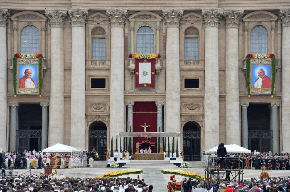En la Plaza de San Pedro, miles de católicos vivieron la canonización de los dos Papas, San Juan Pablo II y San Juan XXIII. (Foto: AFP)