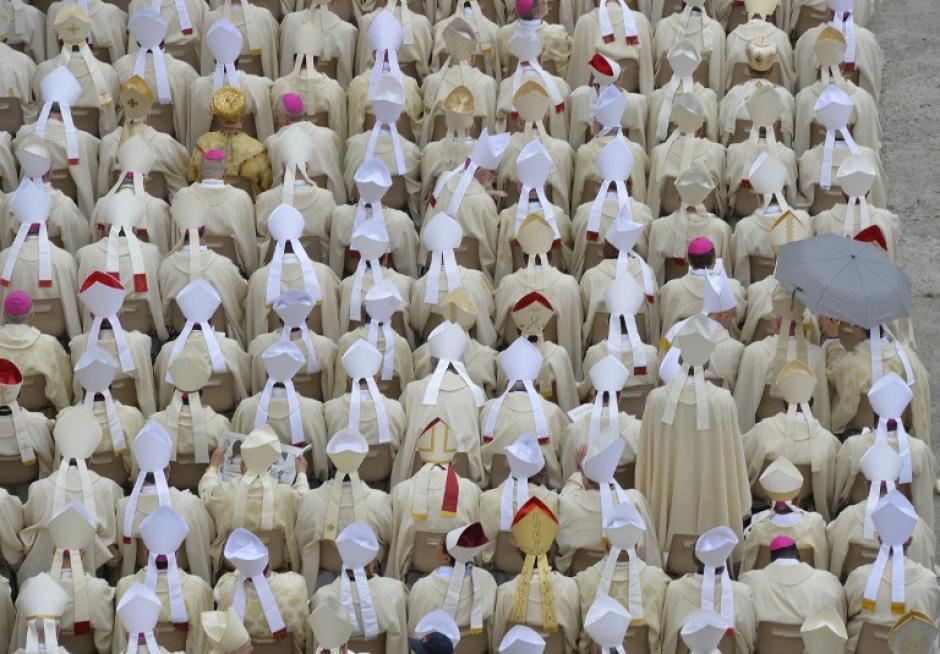 Los Cardenales acompañan la ceremonia. (Foto: AFP)