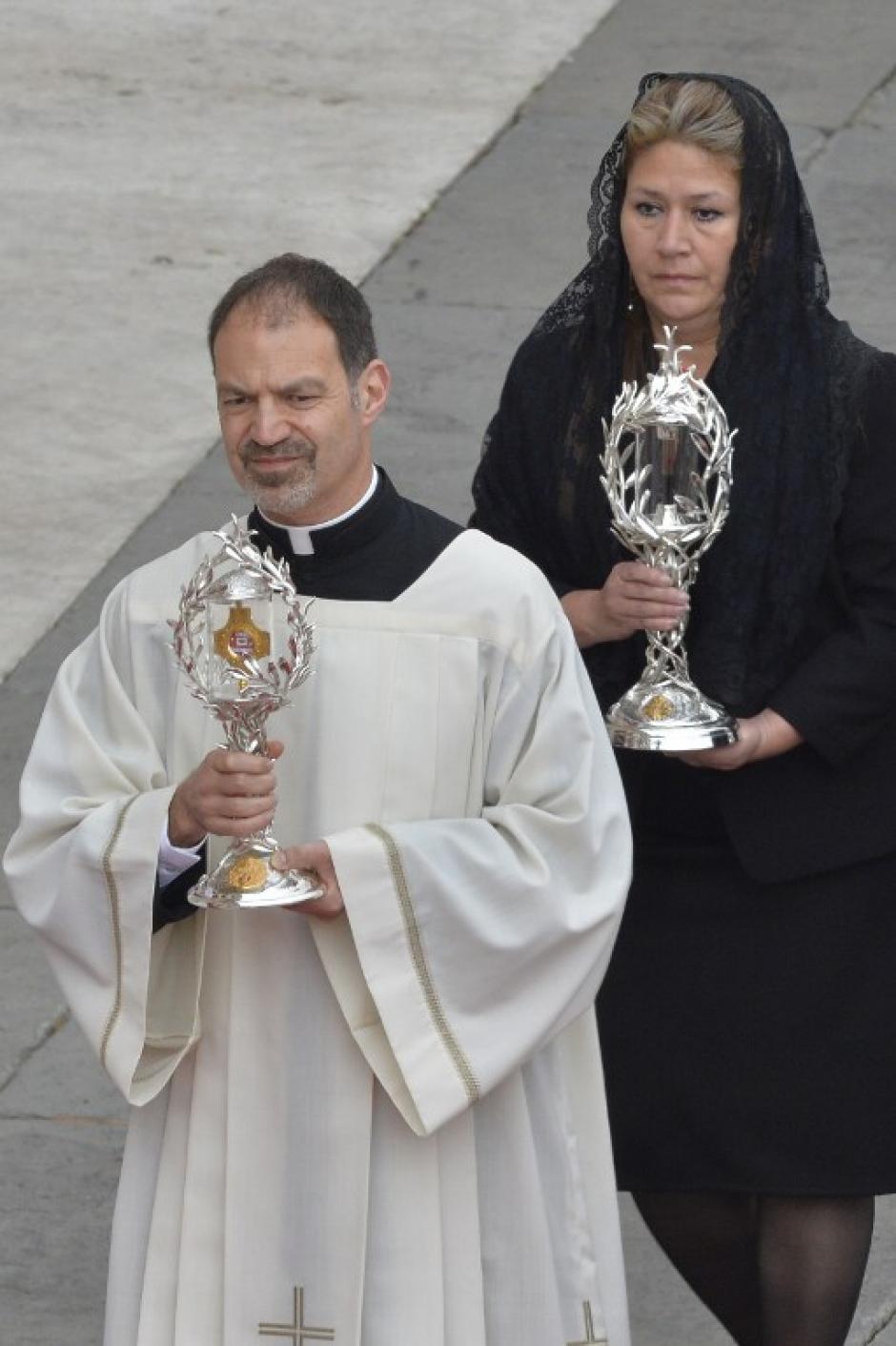 Las reliquias de los dos nuevos Santos acompañan la ceremonia de canonización. (Foto: AFP)