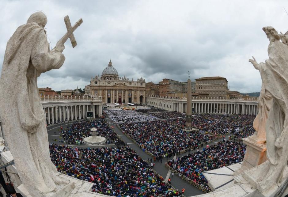 Hermosa imagen de la Plaza de San Pedro repleta de fieles católicos. (Foto: AFP)