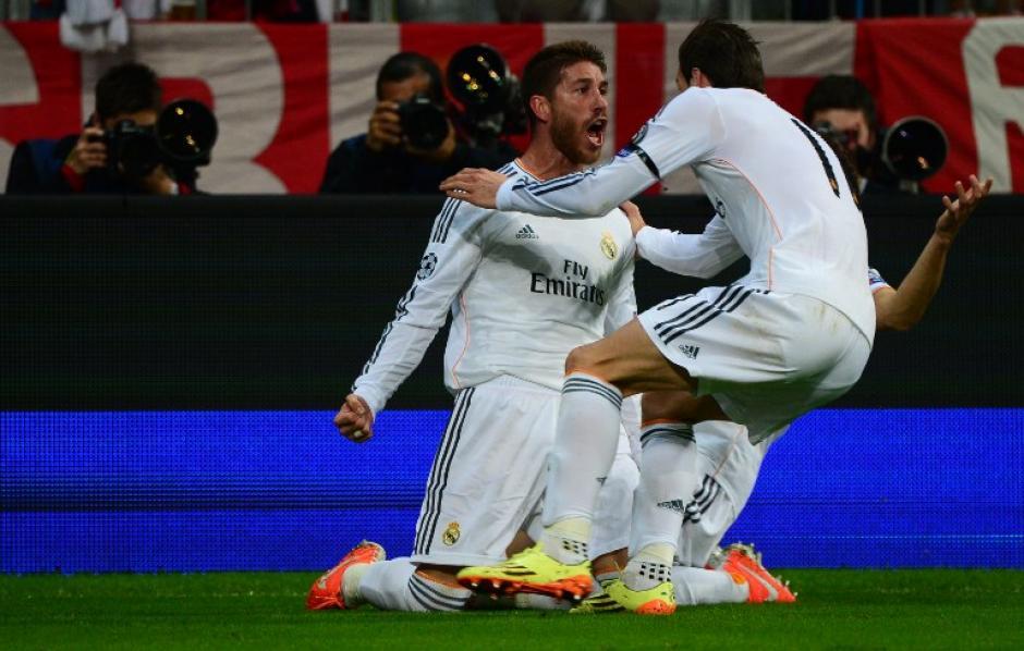 Sergio Ramos festeja junto a Gareth Bale, el defensa anotó un doblete en el primer tiempo