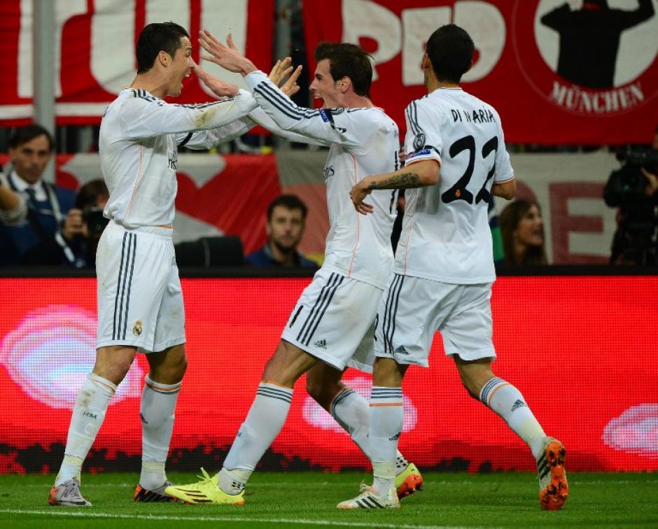 Bale y Di María felicitan a Cristiano. (Foto: AFP)