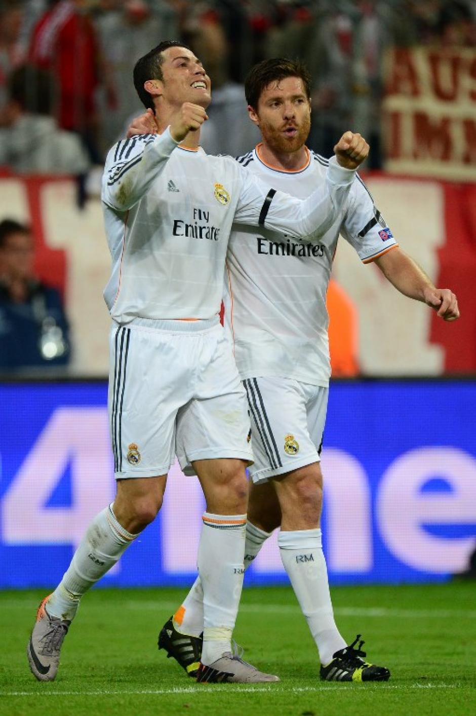 Cristiano Ronaldo y Xabi Alonso celebran el 4-0, este último se perderá la final debido a una acumulación de amarillas