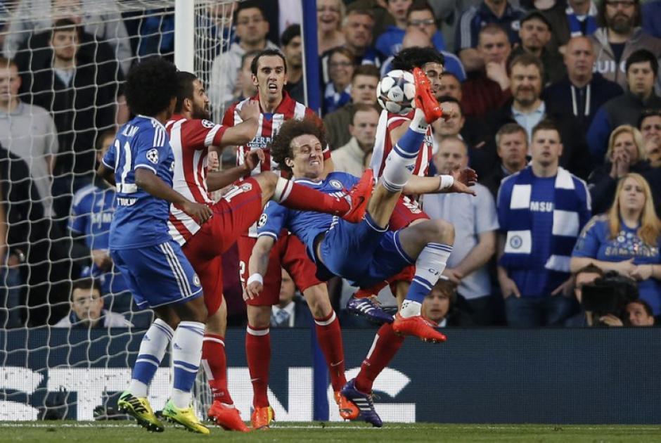 El remate de David Luiz se fue desviado de la portería resguardada por Courtois