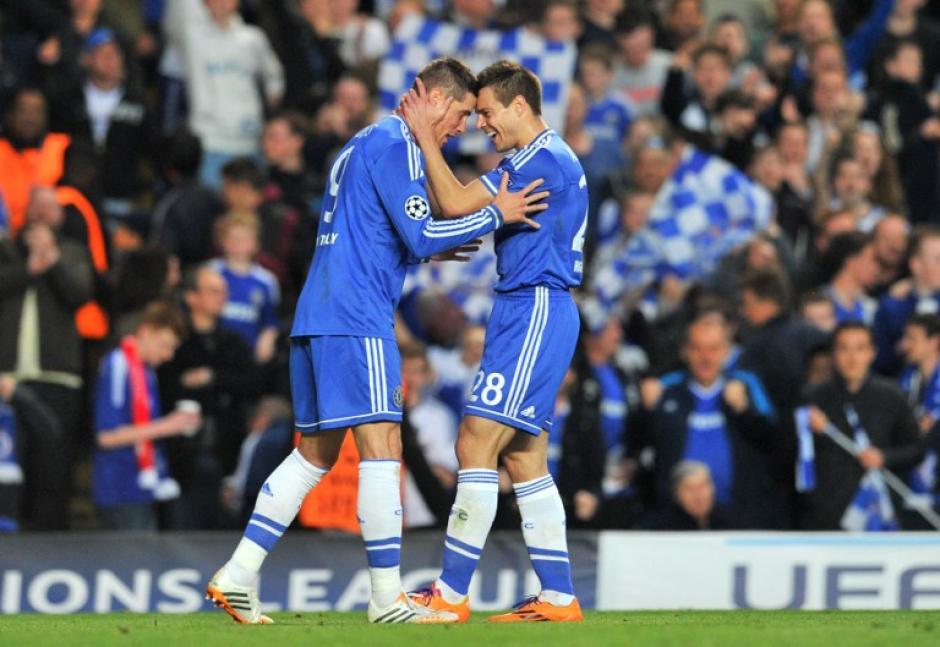 Fernando Torres es felicitado tras anotar el 1-0 temporal a favor del Chelsea