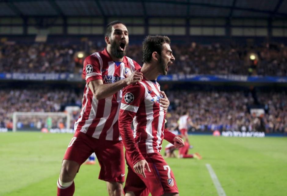 Arda Turan salta atrás de Koke, quien puso el 1-1 parcial en el primer tiempo y empató para el Atlético de Madrid