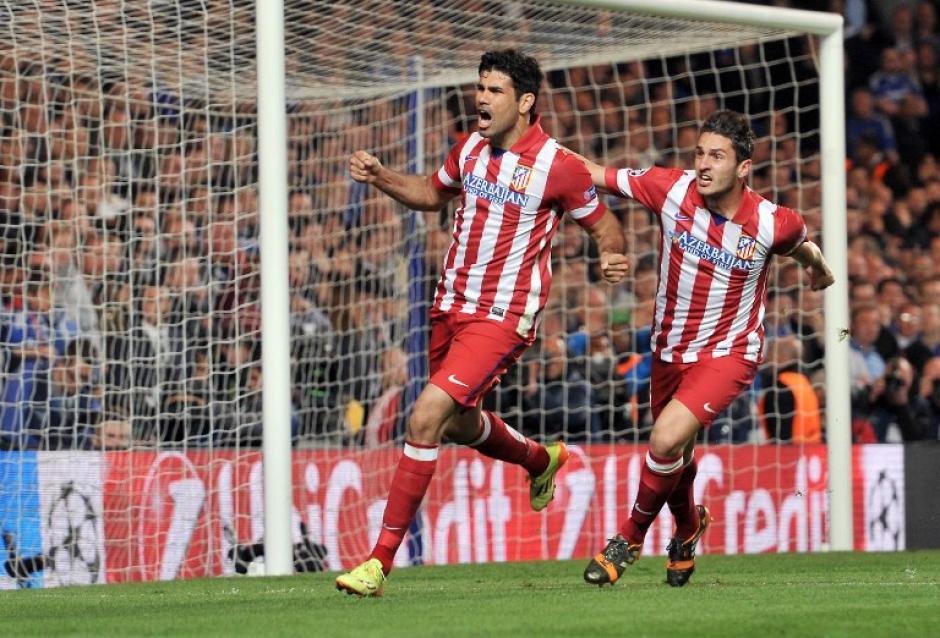 Diego Costa corre tras anotar de penal al mintuo 60 luego que el mismo fuera quien recibió una falta.