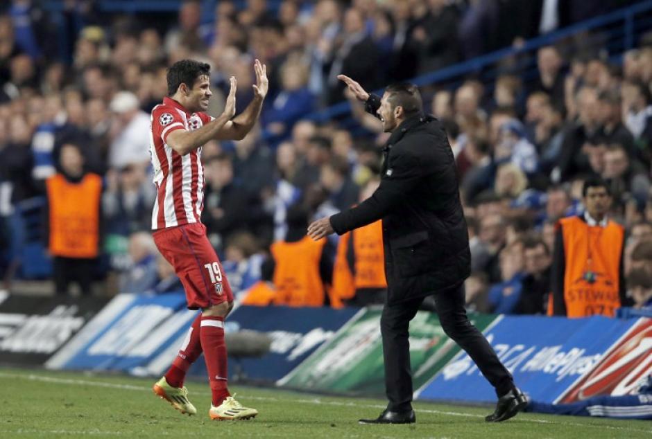 Costa celebra con Simeone tras anotar el 2-1 transitorio a favor del Atlético