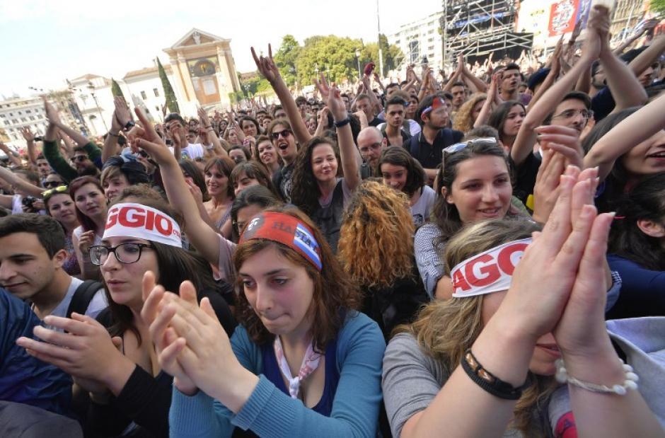 En Italia se celebra el Primero de Mayo con un concierto al que asisten decenas de jóvenes. (Foto:AFP)
