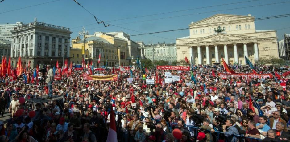 Activistas del partido Comunista en Rusia, participaron en la marcha del día del trabajo, llegaron al Teatro Bolshoi en el centro de Moscú. (Foto:AFP)