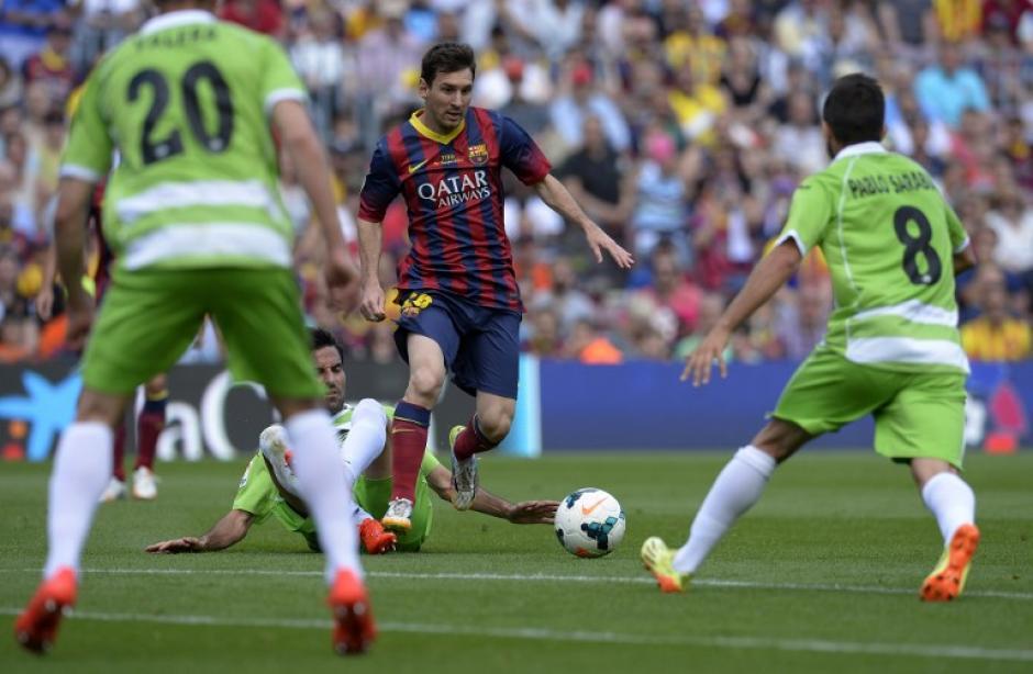 El delantero argentino Lionel Messi de Barcelona, compite con el centrocampista del Getafe Pablo Sarabia durante el partido de fútbol de la liga española FC Barcelona vs Getafe CF en el estadio Camp Nou. (Foto: AFP/LLUIS GENE)