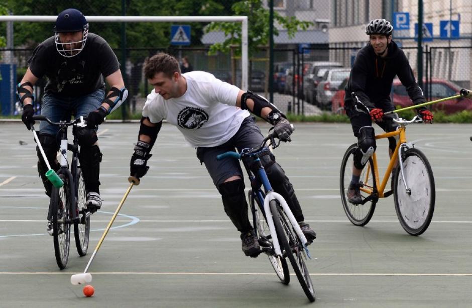 Los miembros del equipo polaco de la Asociación de Polo en Bicicleta practican en la cancha de una escuela. El polo en bicicleta es un deporte de equipo, similar al polo tradicional, excepto que las bicicletas se usan en lugar de los caballos. (Foto: AFP)