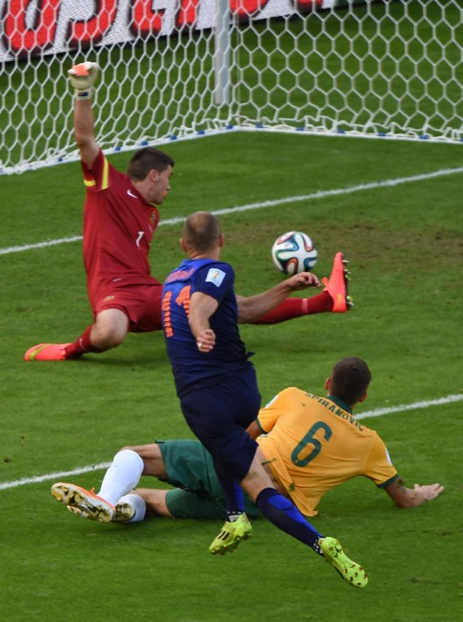 Arjen Robben marca el primer gol de Holanda frente a Australia. (Foto: AFP)
