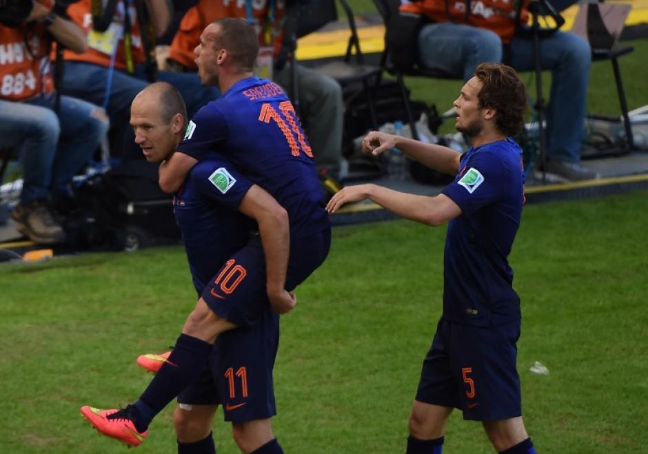 Robben festeja su primer gol en el partido y el tercero en lo que va del Mundial. (Foto: AFP)