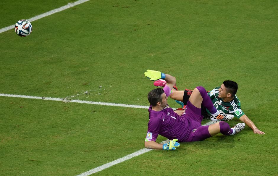 Oribe Peralta falló un disparo frente al arquero Stipe Pletikosa. (Foto: AFP)