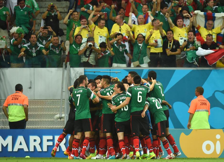 Los jugadores del Tri celebran. México venció a Croacia y aseguró su boleto a octavos. (Foto: AFP)