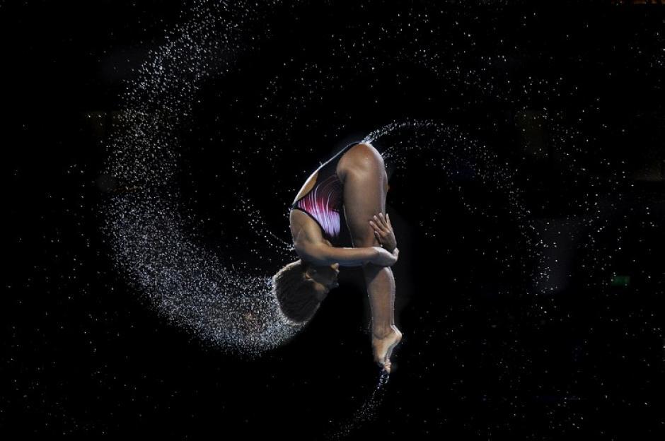 Clavadista Jenifer Abel de Canadá captada en el momento del salto buscando quedarse con la medalla de oro durante competencia en los juegos Commontwealth 2014 en Edimburgo, Escocia.(Foto: AFP/Andy Buchanan)