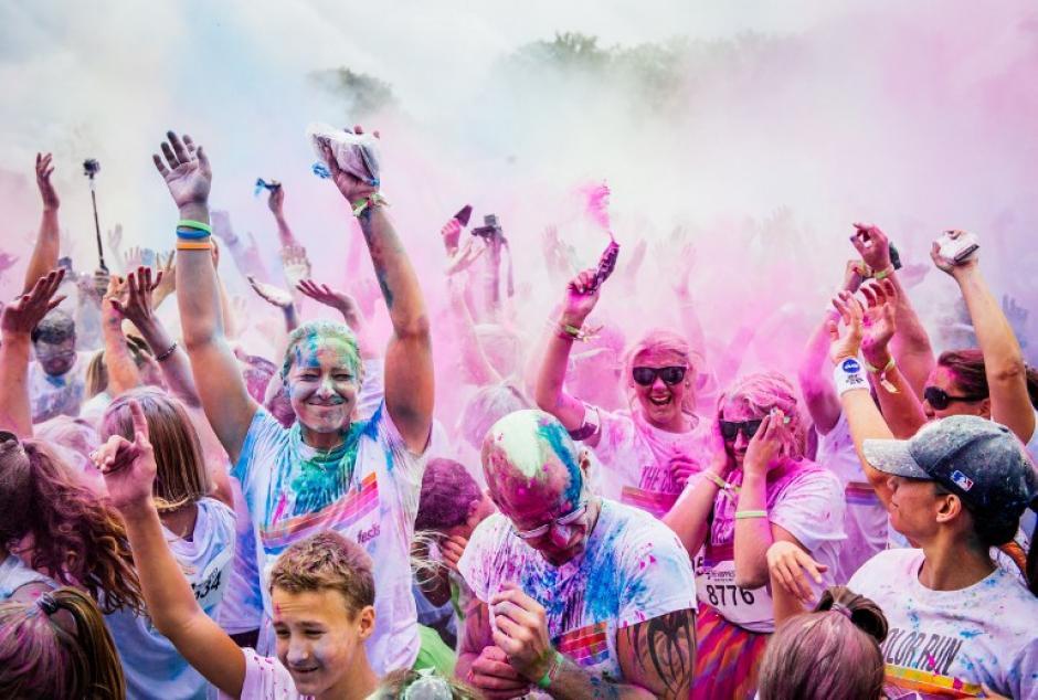 Los participantes lanzan polvo de color durante el Run color en Estocolmo el 23 de agosto, 2014. El color Run es una carrera de cinco kilómetros sin ganadores, donde los participantes lanzan una lluvia de polvo de color durante toda la carrera. (Foto: AFP/JONATHAN NACKSTRAND)