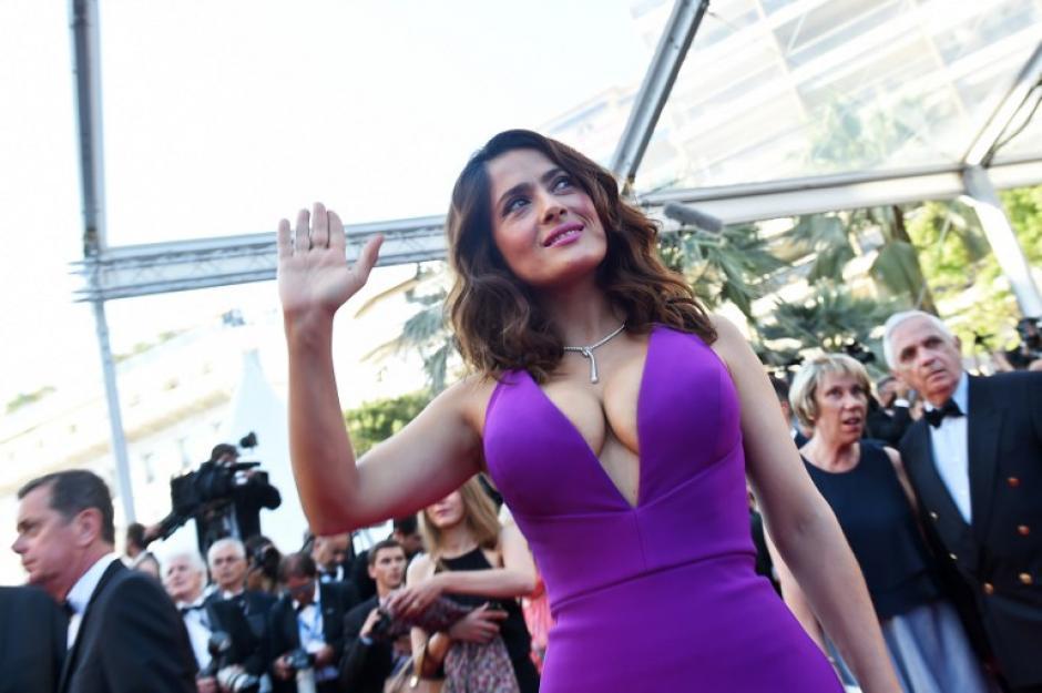 Salma Hayek acudió al Festival de Cannes con un vestido violeta escotado. (Foto: AFP)