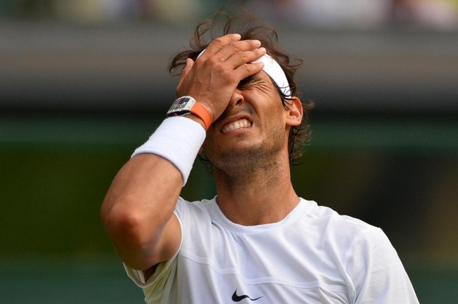 Rafael Nadal reacciona después de un punto fallado contra el Alemán Dustin Brown, jueves 02 de julio de 2015. El español perdió contra el 102 del ranquin ATP segunda ronda. (Foto: AFP/GLYN KIRK)