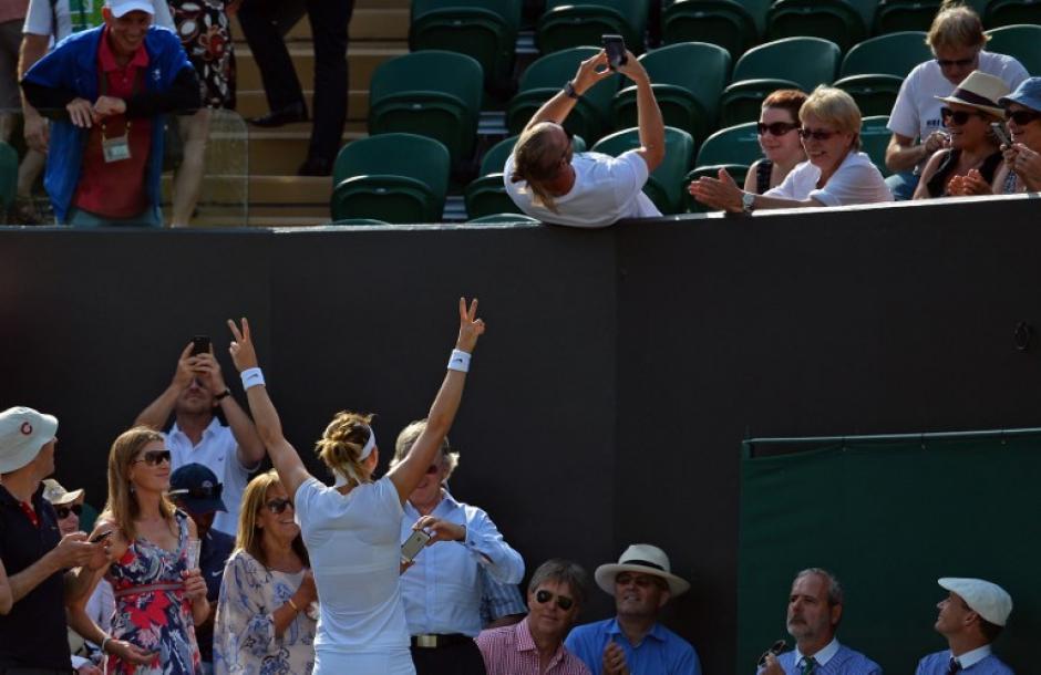 La jugadora de la República checa Lucie Safarova posa para un espectador mientras se toma una selfie después de que venció el jugadora estadounidense Sloane Stephens durante un partido de tercera ronda en el quinto día competencia. (Foto: AFP/GLYN KIRK)