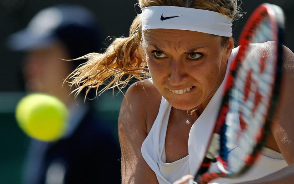 La alemana Sabine Lisicki en su partido contra la suiza Timea Bacsinszky en un partido correspondiente a la tercera ronda en el día seis de Wimbledon (Foto: AFP/ADRIAN DENNISYN KIRK)